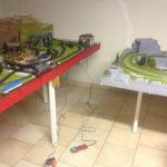intervento di manutenzione su plastico ferroviario
